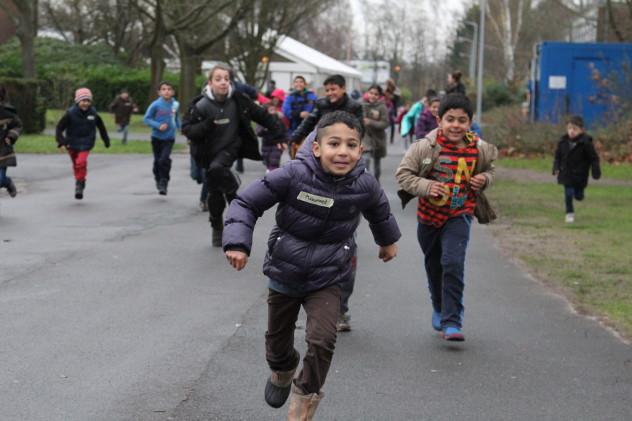 Rennende Kinder in der Landesaufnahmebehörde Hesepe