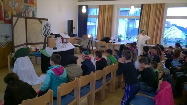 Die Kinder hörten aufmerksam zu...