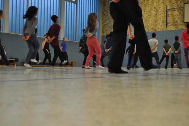 Tanzende Kids (und Betreuer_innen)